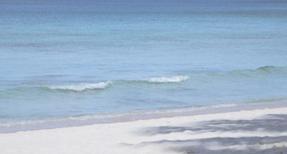 蔚蓝迷人的大海景色