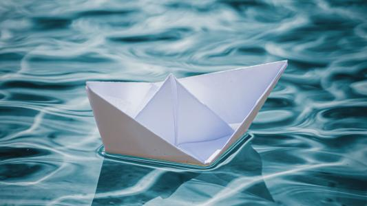 水面上的小纸船