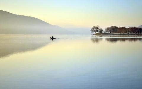 平静的湖壁纸