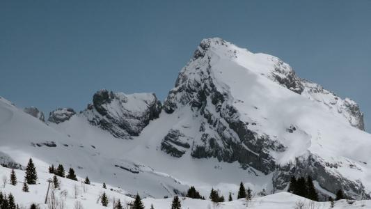 洁白迷人的雪山景色