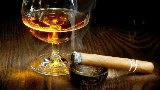 雪茄和干邑高清壁纸