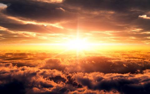 在云彩墙纸上的日落