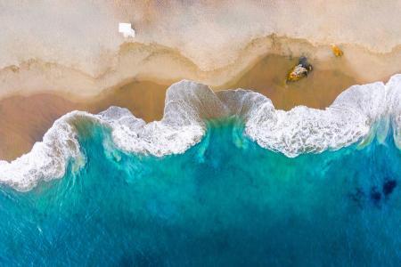俯拍沙滩海浪美景