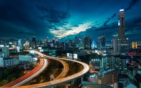 城市街道在晚上壁纸