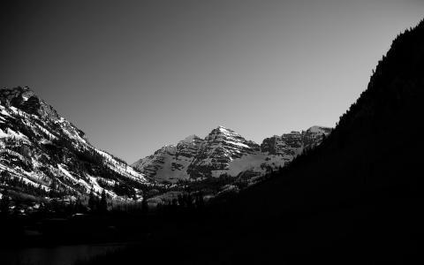 黑色和白色的雪山壁纸