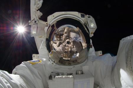 宇航员自拍照壁纸