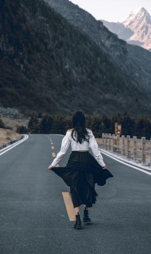 女孩远行孤独背影
