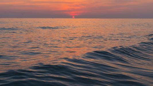 大海上的唯美落日景象