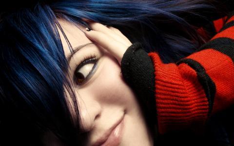 黑头发壁纸的可爱女孩