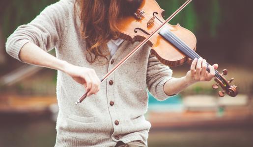 拉小提琴的女孩
