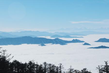 云雾缭绕的山峰美景
