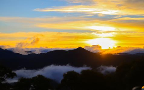 黄昏下的山峰景色