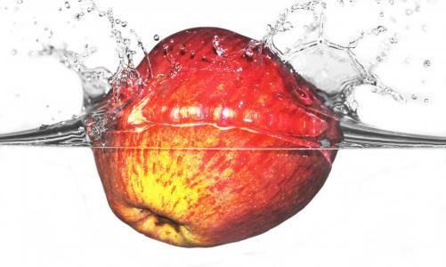 苹果在水壁纸