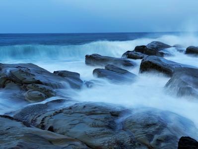 波涛汹涌的海浪景象