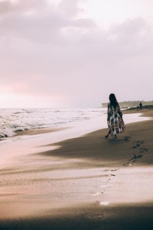 沙滩上孤独女生背影