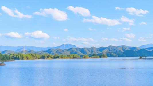 平静迷人的湖面风光