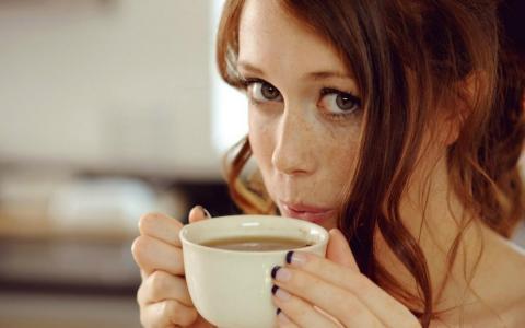 可爱的女孩喝咖啡壁纸
