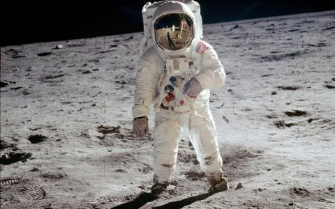 宇航员在月亮壁纸