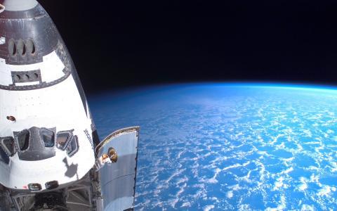 航天飞机在空间壁纸