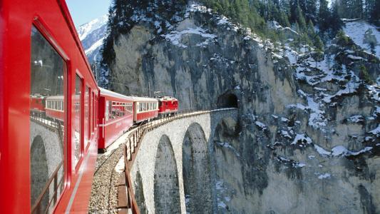 山火车高清壁纸