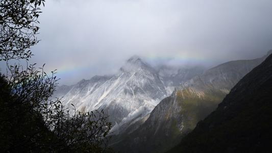 雨后山峰唯美景色