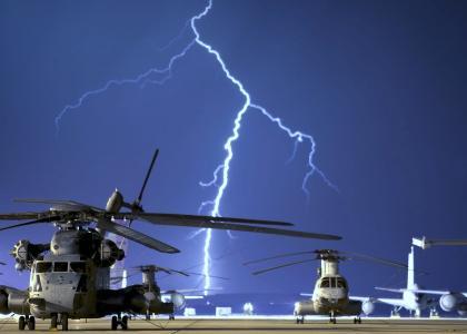 直升机和闪电壁纸