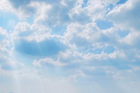 蔚蓝天空下的云彩