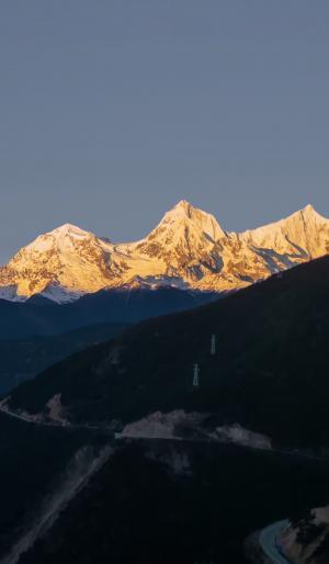 阳光下的雪山美景