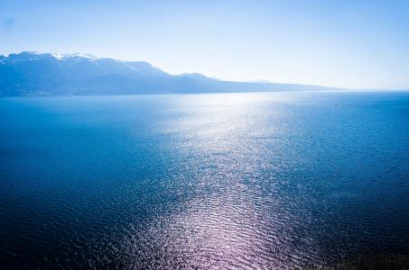 波光粼粼的湖泊