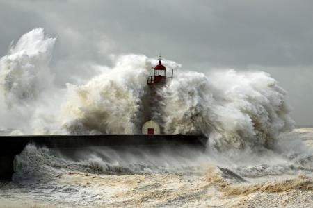 巨浪和灯塔壁纸