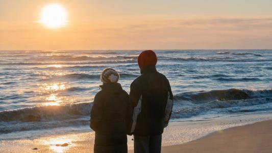 海边情侣恩爱背影