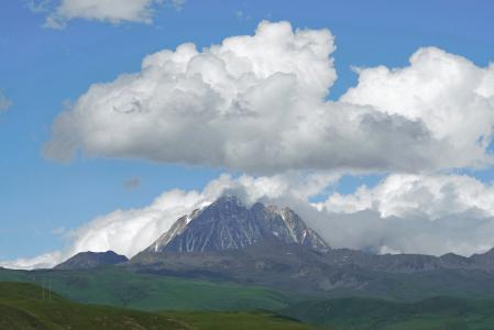 蓝天白云下的山峰美景