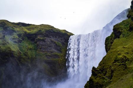 飞流直下的瀑布
