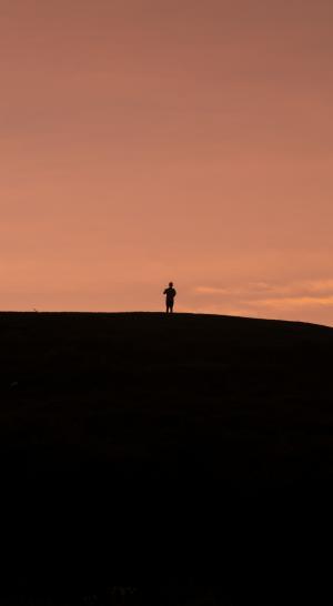 黄昏下一个人孤独背影