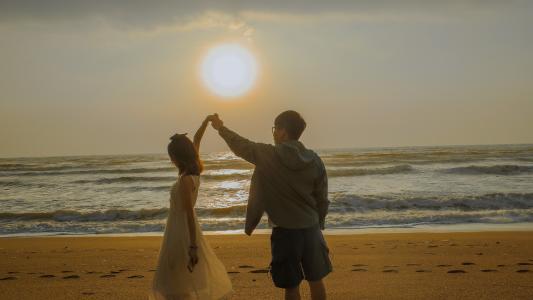 海边情侣浪漫背影