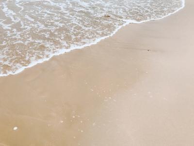 沙滩上的洁白浪花