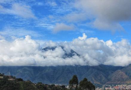 云海笼罩的秀丽山峰景观