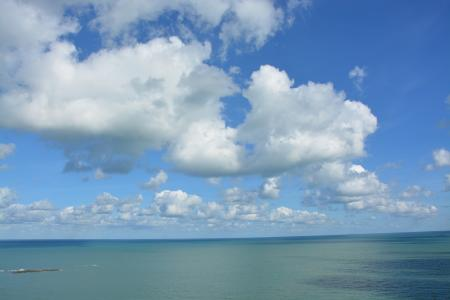 海面上的洁白云朵