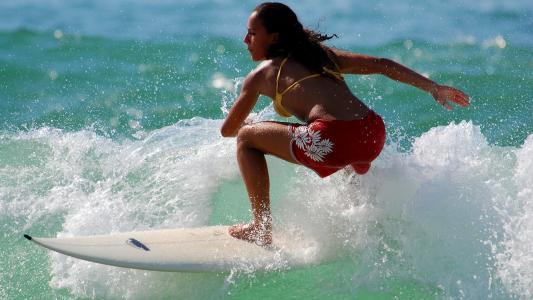 在海中驰骋的冲浪美女