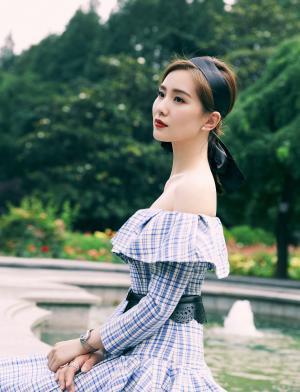 刘诗诗蓝色格子裙气质写真