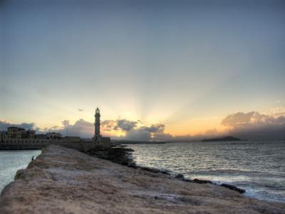 太阳落在灯塔壁纸