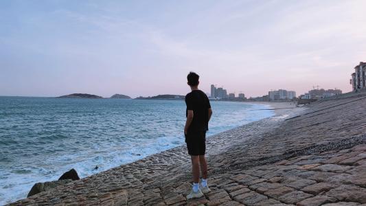 男人孤独看海背影