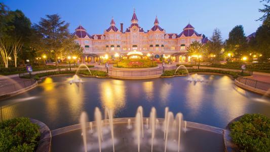 灯光璀璨的迪士尼乐园酒店