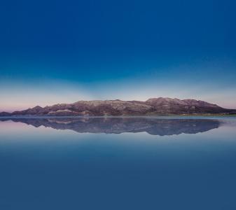 水天一色的湖光景色