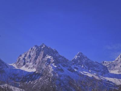 蓝天下峻峭雄伟的山峰