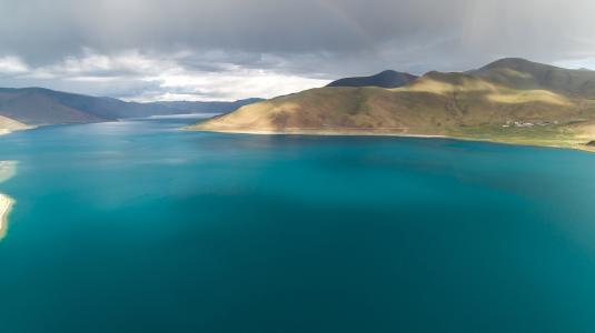 优美迷人的羊湖景色