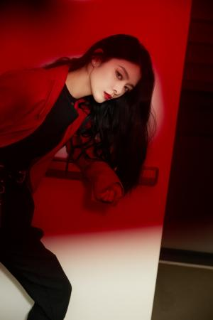 傅菁红色西装帅气写真